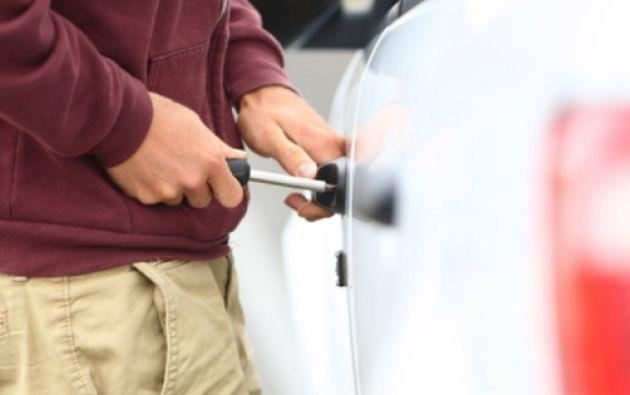En el 80% de los casos, los delincuente utilizan el mismo método para entrar a los carros, forzando la seguridad. Foto: Ecuavisa.