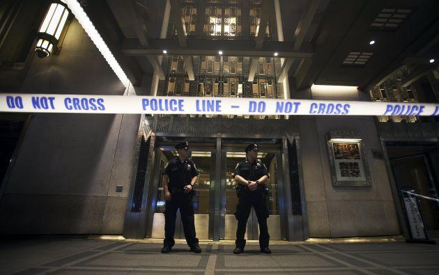 La Policía acordonó la entrada del hotel y revisó las grabaciones de las cámaras de seguridad para tratar de aclarar lo ocurrido. Foto: REUTERS.