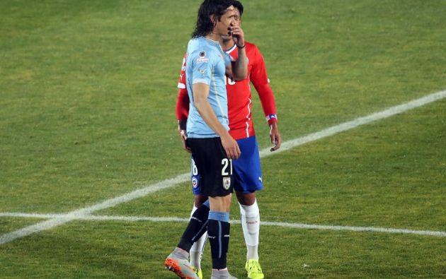 Polémica acción entre Gonzalo Jara y Edinson Cavani. Foto: AFP