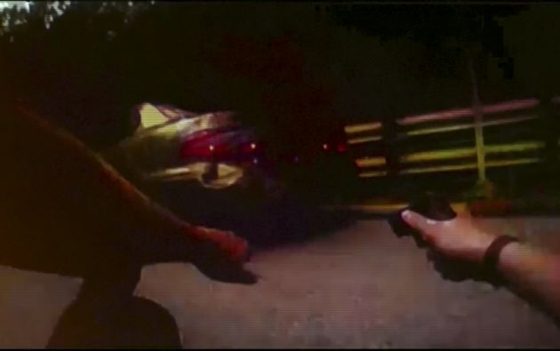 La cámara también captó al oficial apuntando su arma.