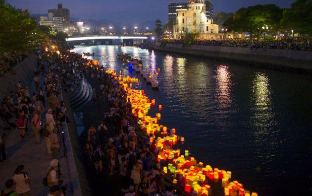 Miles de linternas de papel flotan sobre el río Motoyasu para crecordas a las víctimas en Hiroshima. Foto: REUTERS