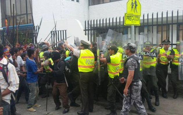 Al menos ocho polic as heridos en manifestaci n en macas for Ministerio del interior ecuador telefonos