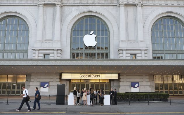 Un grupo de personas ingresa al Auditorio Bill Graham de San Francisco, donde Apple presentará sus nuevo productos. Foto: REUTERS.
