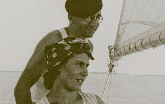 Manuel y Paulette a bordo del St. Bonaventura, cerca de la isla de Aix (Francia). Se casaron en 1932 y vivieron juntos hasta la muerte de él.. Foto: Paulette de Rendón. Archivo Crespo Toral - Bermejo Canal (Quito)