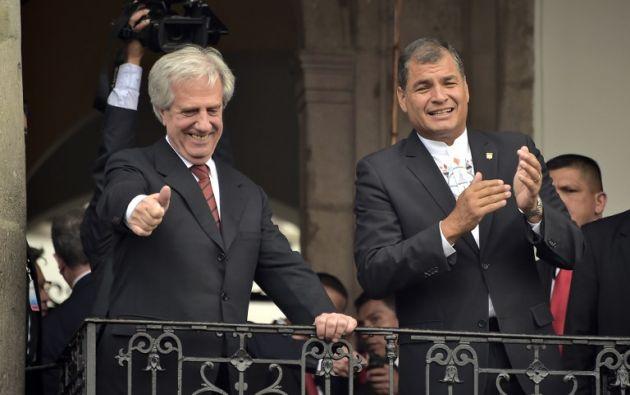 Vásquez y Correa saludan desde un balcón el Palacio de Carondelet. Foto: AFP.