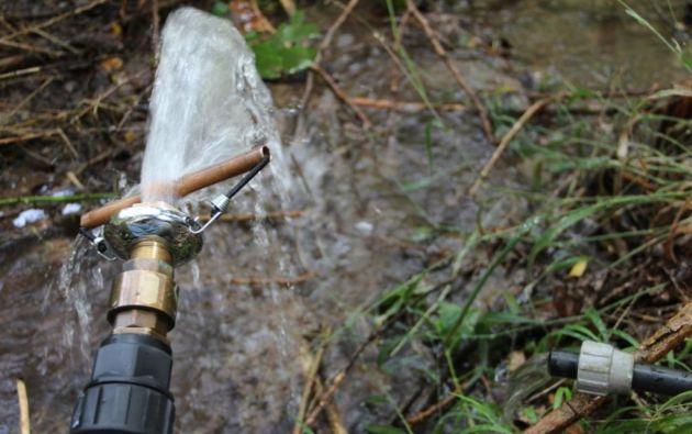 A partir de 2016 se cobraría por el exceso del consumo de agua en el país. Foto: Ecuavisa.com
