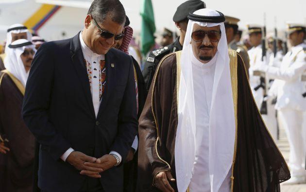Correa camina junto al rey Salmán de Arabia Saudita en la ceremonia de bienvenida por la llegada de Correa, en Riad. Foto: REUTERS.