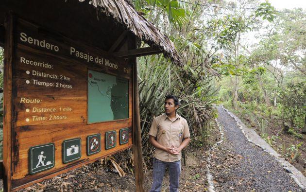 Los guías nativos dan información sobre el Refugio de Vida Silvestre Pacoche, durante todo el recorrido. Foto: Iván Navarrete