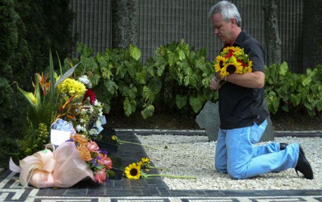 """John Jairo Velásquez, conocido como """"Popeye"""", visita la tumba de Pablo Escobar en Medellin. Foto: AFP."""