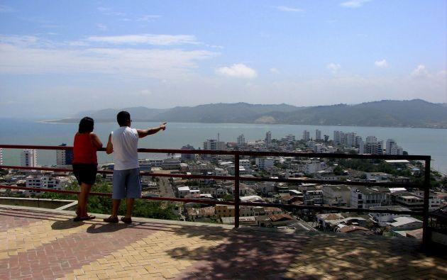 El Mirador de la Cruz es una de las paradas obligadas para los visitantes que llegan por primera vez a Bahía. Foto: Dirección de Turismo del GAD Sucre
