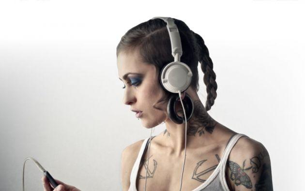 El desarrollo de ecosistemas móviles ha influido en la popularización del streaming musical. Escuchadas directamente desde Internet, las canciones no ocupan espacio en la memoria de los dispositivos, que pueden acceder a millones de ellas.