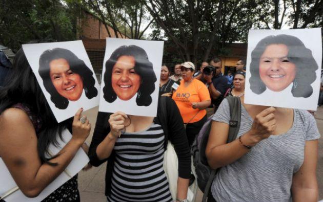 Activstas protestan por la muerte de la ambientalista hondureña. Foto: Agencia AFP