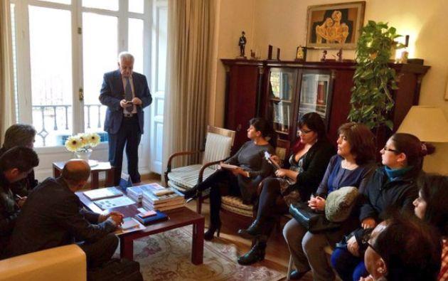 El fiscal Galo chiriboga (a la izq. y de pie), durante una reunión en Madrid con ecuatorianos perjudicados por el cierre de la empresa de paquetería OGC. Foto: tomada de la cuenta de Twitter de la Fiscalía General del Estado