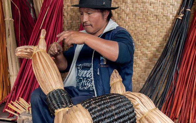 Herencia. Antonio Aguilar aprendió a tejer a los seis años con uno de sus abuelos. Ahora es el jefe de producción de Totora Sisa.