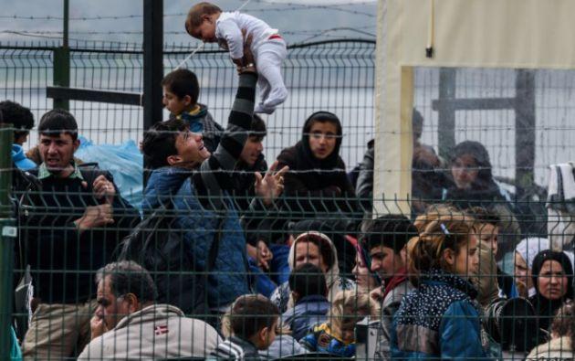 Migrantes en espera, en la guardia costera de Turquía. Foto: Agencia AFP