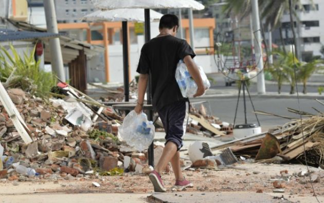 Los damnificados reciben provisiones en los cantones afectados, como Bahía. (Foto: AFP)