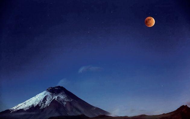 """Cotopaxi and Red Moon"" de Víctor Vargas (2015)."