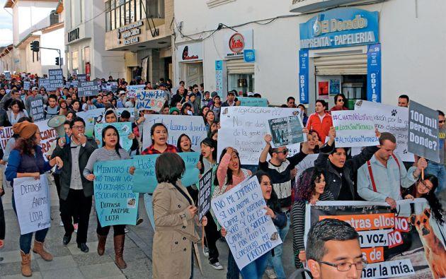 Una marcha en defensa de la vida animal recorrió las calles de Loja. La indignación fue más visible entre los menores de 35 años que forman el 67 por ciento de la población. Foto: cortesía diario La Hora - Loja.