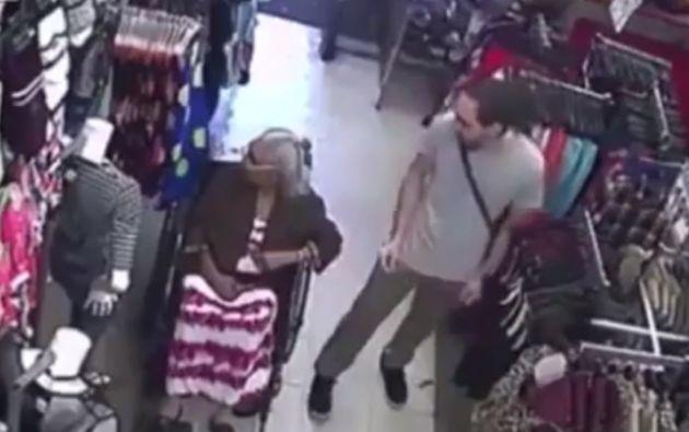 La mujer estaba sentada en su silla de ruedas cuando fue asaltada.