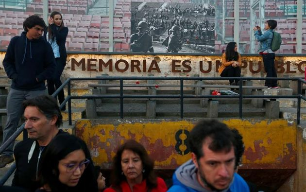 SANTIAGO, Chile.- Varias personas participaron en una velatón en homenaje a las víctimas del Golpe de Estado de 1973. Foto: EFE.