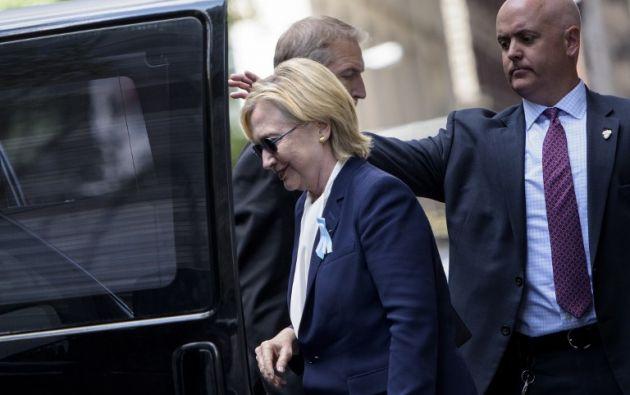 El incidente se produjo en la Zona Cero de Manhattan, cuando Clinton, pareció perder el equilibrio y se retiró de la ceremonia con ayuda | Foto: AFP.