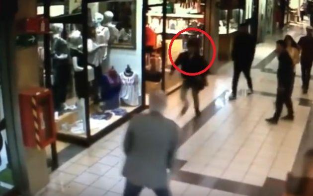 Raúl Muñoz, de 81 años, paseaba por un centro comercial junto con su esposa cuando vio al delincuente huyendo e intentó detenerlo.
