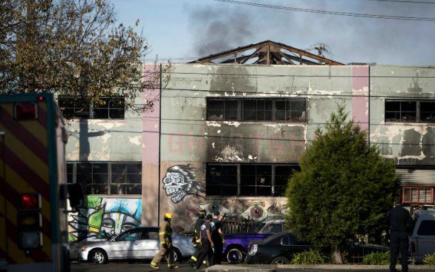 El fuego se desató antes de la medianoche del viernes en Fruitvale en Oakland (California), en un edificio que albergaba estudios de artistas. Foto: REUTERS.