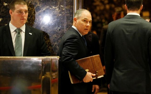 Scott Pruitt llega a la Trump Tower en Manhattan, Nueva York, para reunirse con el magnate. Foto: REUTERS.