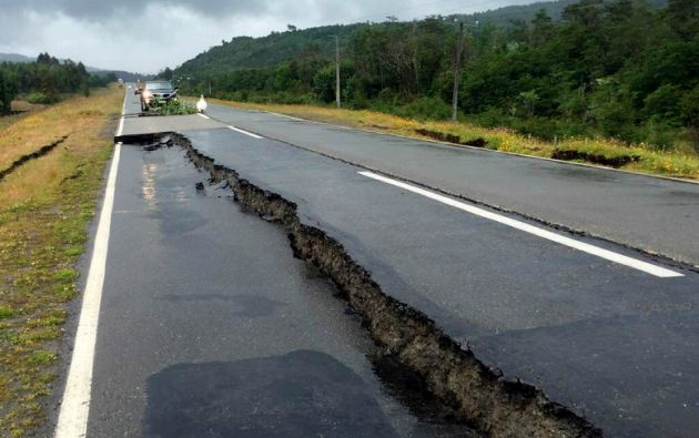 Una carretera afectada en la isla Chiloe, en Chile. Foto: REUTERS.