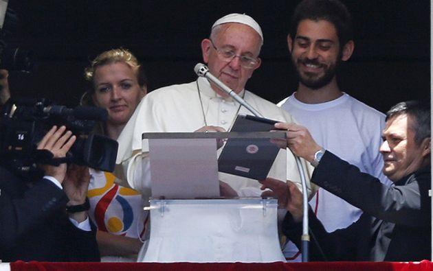 Una imagen divulgada en Twitter recientemente ha confirmado que el Sumo Pontífice recurre al mismo método de seguridad que el exanalista de la NSA.