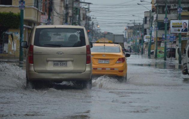 Las inundaciones provocaron que algunos vehículos se apaguen y ocasionen congestionamiento. Foto: @eloro_aldia.