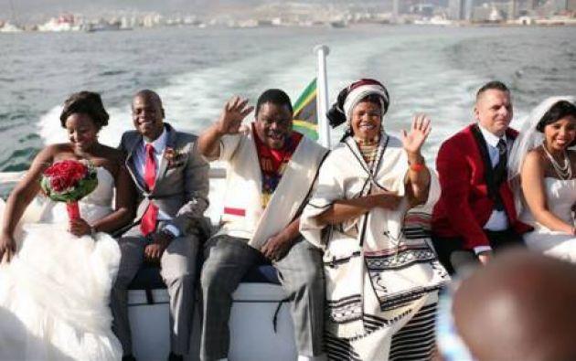 Los prometidos partieron esta mañana en una embarcación desde el puerto de Ciudad del Cabo, adonde regresarán hoy mismo con su nuevo estado civil.