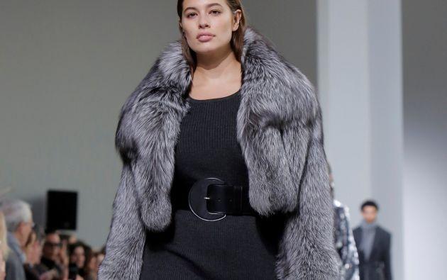 shley Graham, talla 48, vistió un abrigo de piel gris sobre un vestido negro hasta la rodilla, con un gran cinturón negro. Foto: REUTERS.