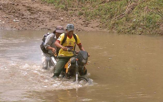 Los pobladores del cantón Isidro Ayora cruzan por una tarabita, pero ésta sufrió daños mecánicos y ahora no funciona.