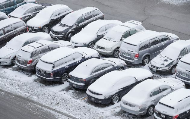 El temporal afecta a todo el país, en ciudades como Chicago la nieve cubre los carros. Foto: Reuters.