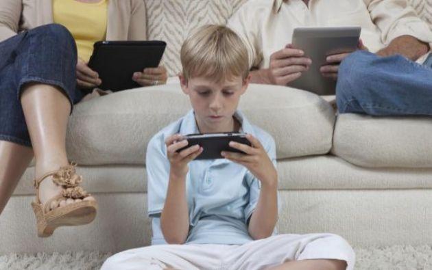 Family Link permite establecer límites horarios y ver cuánto tiempo permanecen los niños en cada aplicación a la que ingresan desde el celular o tablet.| Foto: Expansión