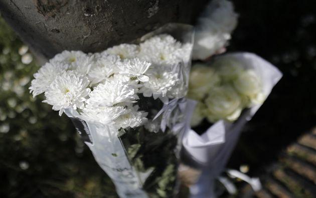 Arreglos florales fueron colocados en los Campos Elíseos en París, en memoria del policía asesinado. | Foto: Reuters.