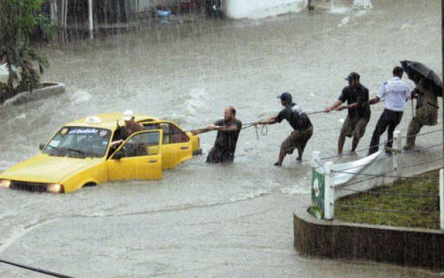 La emergencia se presenta a raíz de los trabajos de canalización del arroyo de la 21, uno de los más peligrosos de Barranquilla.  Foto: Captura de video