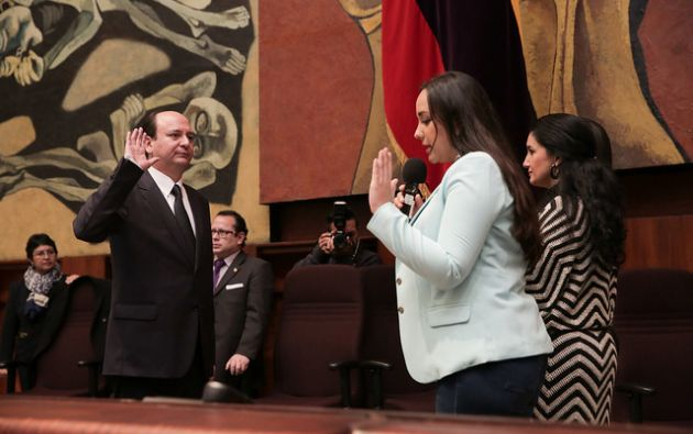 La presidenta de la Asamblea, Gabriela Rivadeneira, tomó el juramento del nuevo fiscal. | Foto: Asamblea Nacional.