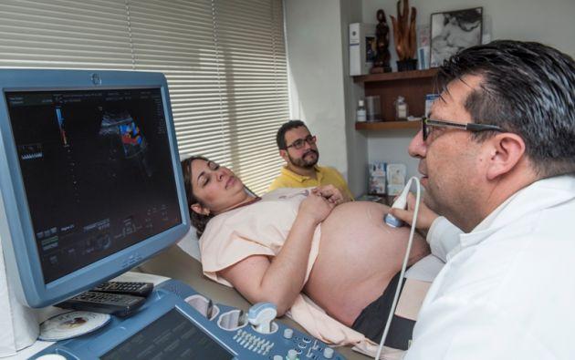 La ecografía es un método diagnóstico esencial para saber si está bien implantado el bebé y si éste presenta complicaciones. Foto: Cecilia Puebla