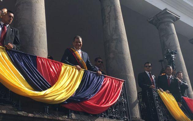Presidente Rafael Correa saludó a sus simpatizantes por última vez desde Carondelet, antes de salir hacia la Asamblea. Foto: TW de Presidencia