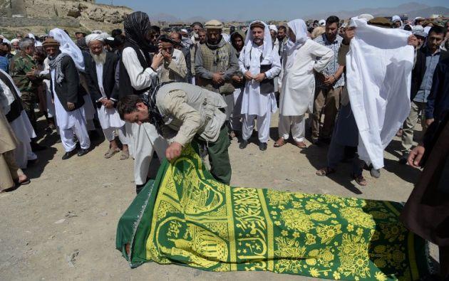 Hoy se realiza el sepelio y último homenaje a las víctimas del atentado en Kabul en días pasados. Foto: AFP