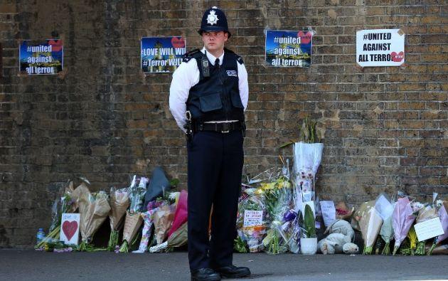 En el barrio Finsbury Park, de Londres, se instaló un altar tras el atentado terrorista del domingo. Foto: AFP
