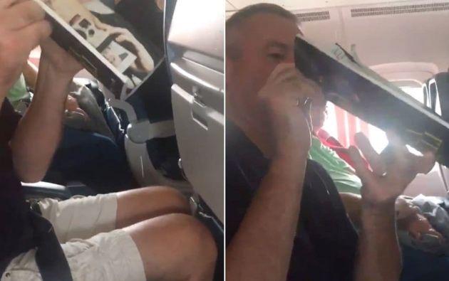 Varios pasajeros de una aerolínea de EE.UU. trataron de desviar sin éxito el goteo del techo usando revistas. Foto: captura de video