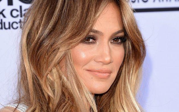Durante el video Jennifer presenta distintos cambios de ropa, entre los que destacan un vestido amarillo de Michael Costello. Foto tomada de Internet