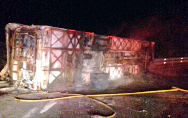 El bus se volcó y se incendió posteriormente, y los equipos de rescate debieron extraer del vehículo a varias personas que quedaron atrapadas. Foto: ECU911