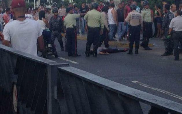 """Se """"investiga muerte de Xiomara Escot y tres heridos, hecho ocurrido durante situación irregular"""" en el populoso barrio de Catia. Foto: @MENAMARY"""