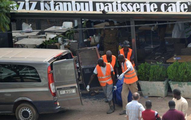 Según testigos, al menos dos asaltantes que llegaron en moto, armados con kalashnikovs, abrieron fuego contra el restaurante Istanbul. Foto: Reuters
