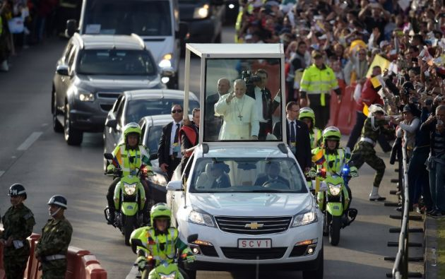 Francisco saludó sonriente desde el papamóvil a los policías y demás miembros de los cuerpos de seguridad que estaban en la pista. Foto: AFP