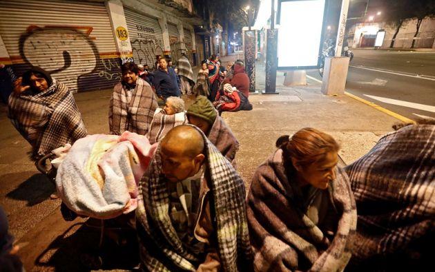 Miles de capitalinos, muchos de ellos con ropa de dormir pues el sismo se sintió diez minutos antes de la medianoche. Foto: Reuters